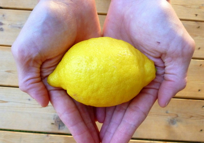 Вода с лимоном укрепляет организм, насыщает клетки витаминами, активизирует обменные процессы, восполняет энергетические запасы.