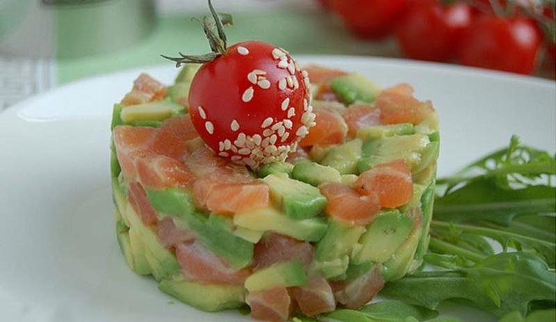 Салат с соленой семгой и авокадо рецепт
