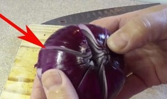 she-cuts-4-sections-in-an-onion-and-adds-vinegar-minutes-later-this-is-perfect-300x160