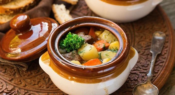 праздничные блюда в горшочках шерстью