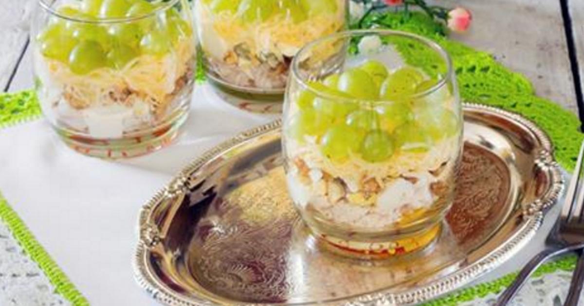 салат с жареными грибами и курицей и орехами рецепт